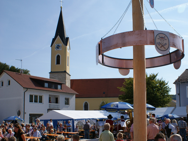 Saaler Dorfkirta am Kirchplatz