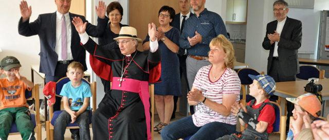 Bischof Voderholzer besucht Mehrgenerationenhaus und Seniorenservicehaus in Langquaid