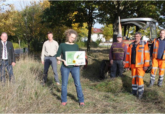 Startschuss für die Eh-da Flächen in Saal a.d.Donau. Zu sehen sind von links nach rechts: Bürgermeister Christian Nerb (Saal a.d.Donau), Dr. Christian Thurmaier (Amt für Ländliche Entwicklung Niederbayern), Michaela Powolny (ILE- Umsetzungsbegleitung Eh-da Flächen), Franz Rieger (Landwirt), Dieter Rechenberg und Markus Langer (Bauhof Saal a.d.Donau)